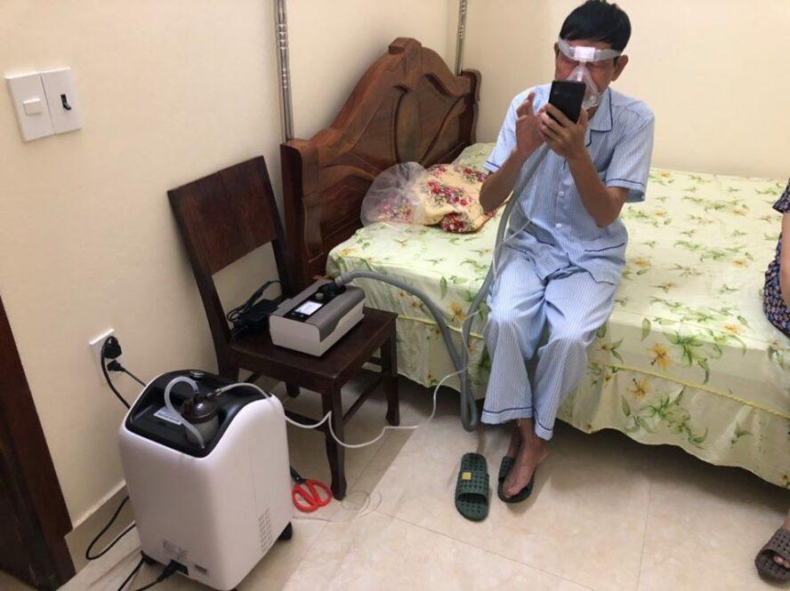 Bệnh nhân điều trị tại nhà bằng Máy trợ thở ST-30F và máy oxy bên Tuệ Minh