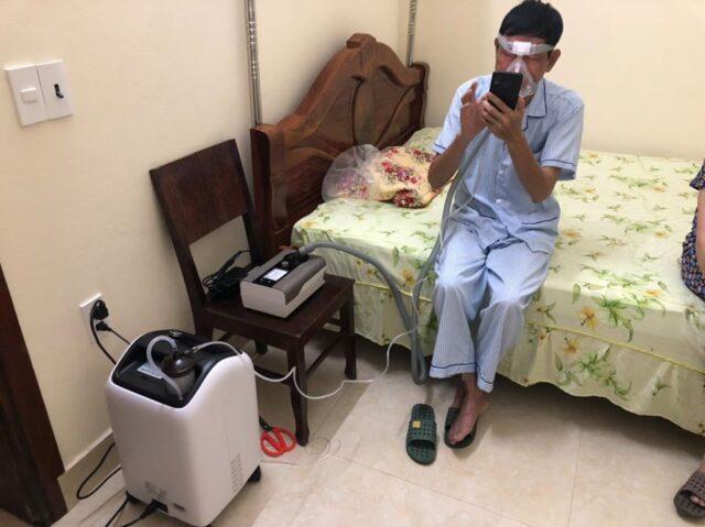 Bệnh nhân sử dụng kết hợp Máy thở và máy tạo oxy trong điều trị