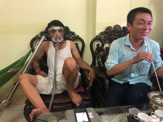Bệnh nhân sử dụng máy trợ thở ST-30F trong điều trị tại nhà